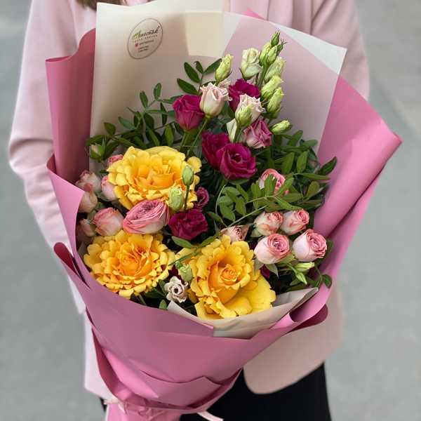 Букет из кустовой розы капучино, эустомы и желтых роз