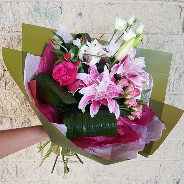 Букет из лилий, эустомы и пионовидной розы Ред Пиано