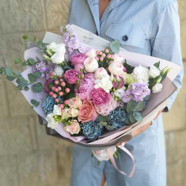 Букет из пионовидных роз, гвоздики, маттиолы