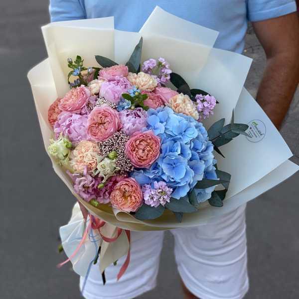 Букет из голубой гортензии, пионов и пионовидных роз