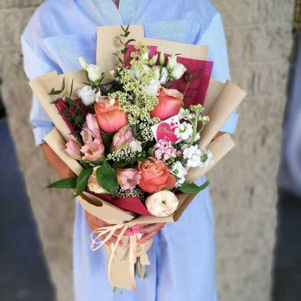 Стильный букет из эустомы, матиолы и роз