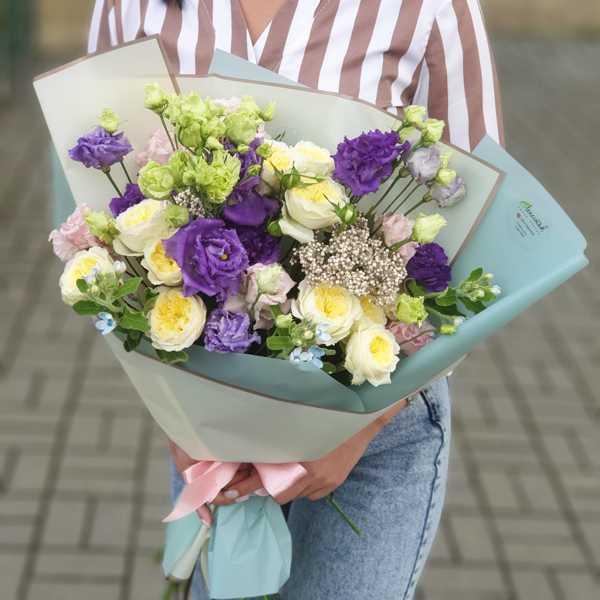 Букет из пионовидных роз,  твидии, эустомы и озотамнуса