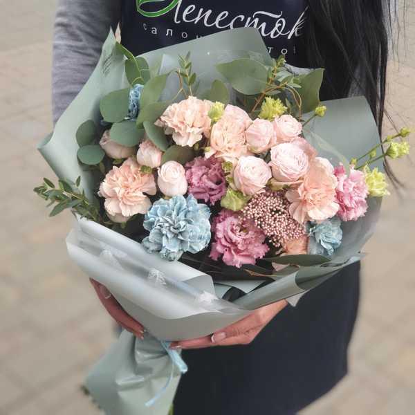 Букетик из голубых и персиковых диантусов, эустом и кустовых роз