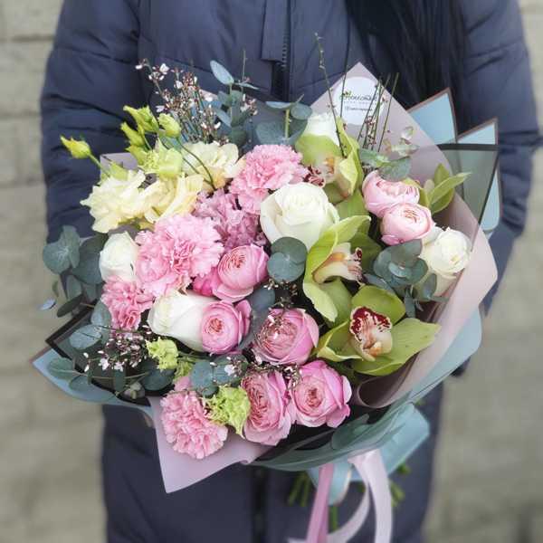 Букет из пионовидной розы, орхидеи цимбидиум, гвоздик