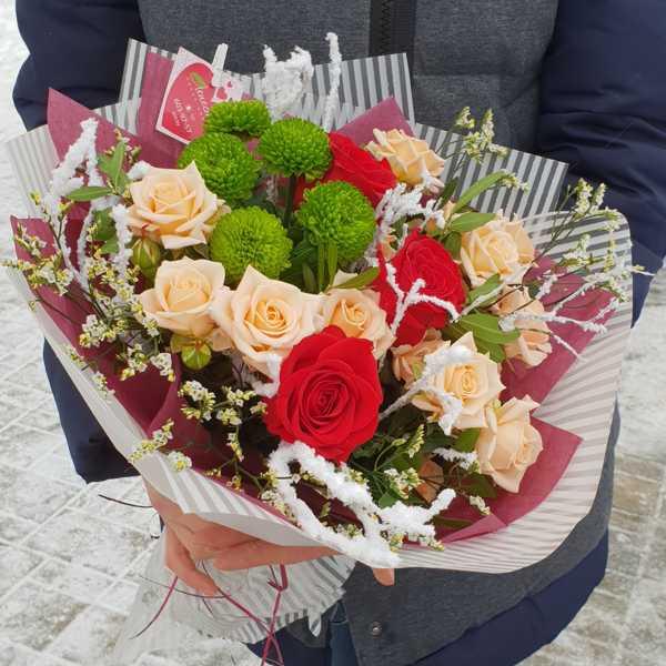 Букет из кустовой розы Жустин и красной одноголовой розы