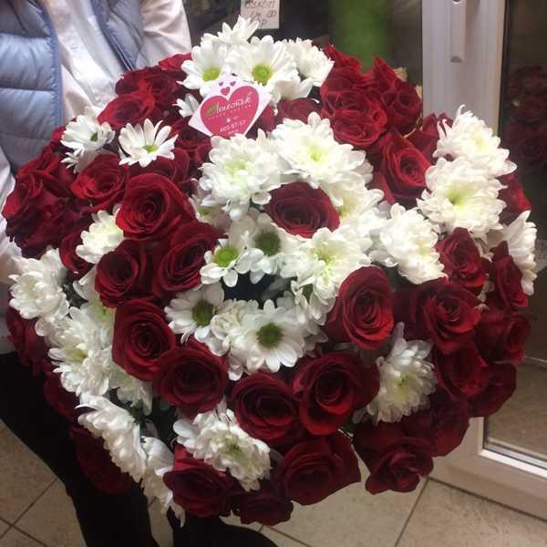 Букет из 51 красной розы и 10 хризантем