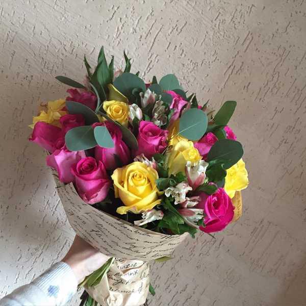 Букет из роз, альстромерии и зелени