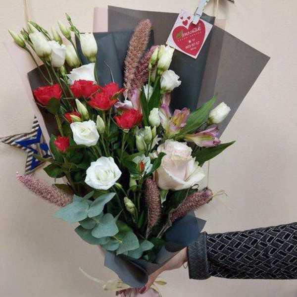Букетик из сетарии, кустовой розы, эустомы и альстромерии