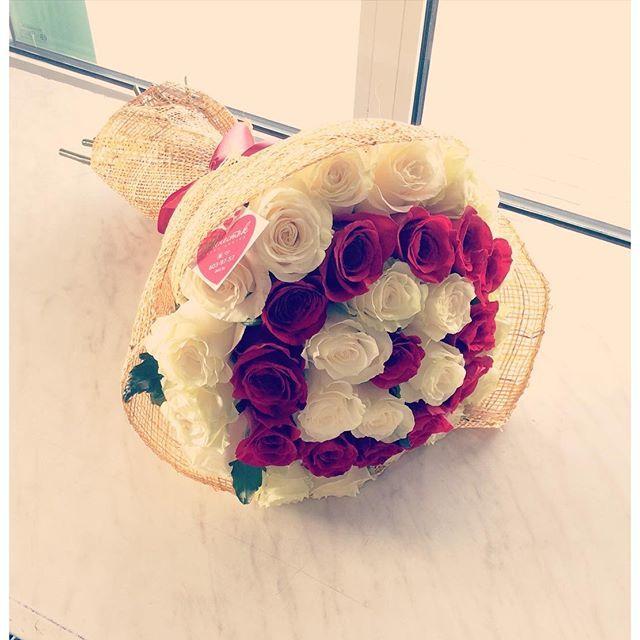 Букет из 35 роз красного и белого цвета