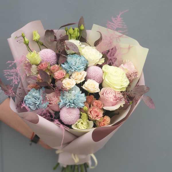 Букет из голубых диантусов, хризантем Момоко, кустовых роз и эустомы