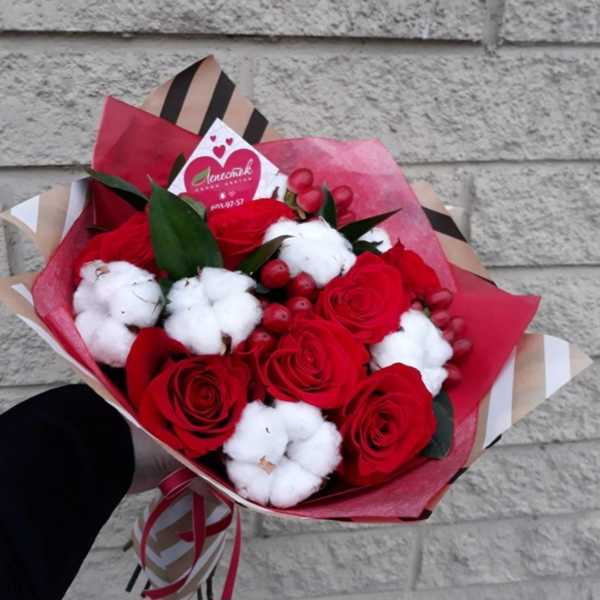 Букет из хлопка, роз и гиперикума