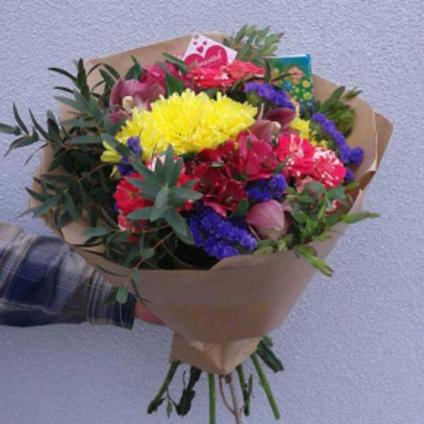 Букет из хризантемы, орхидеи, альстромерии, розы и зелени