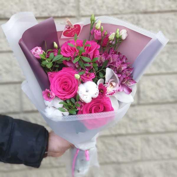 Букетик из роз,альстромерий и орхидеи Cymbidium