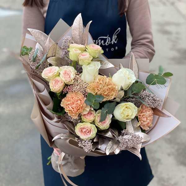 Букет из кустовых роз, гвоздик и зелени
