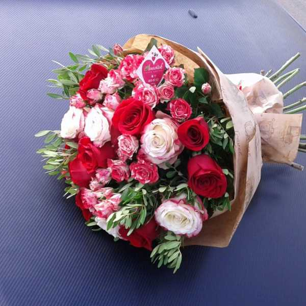 Сборный букет из роз и зелени.