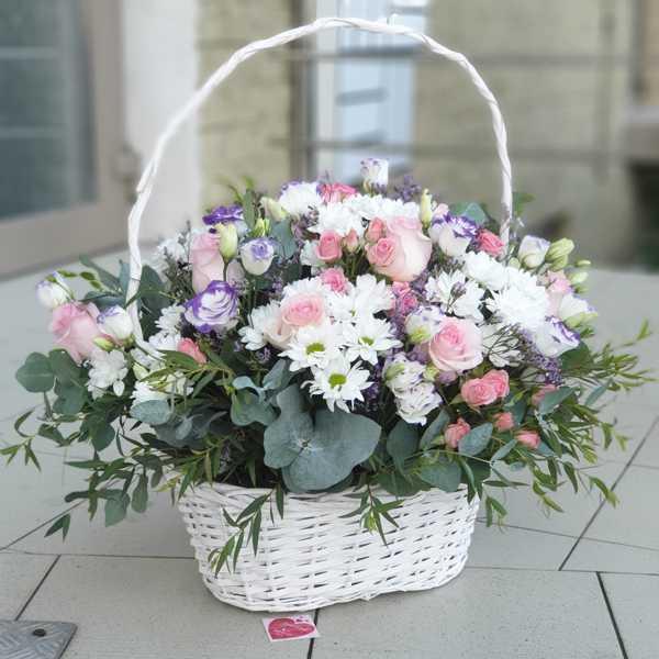 Корзина из эустом, кустовых роз и хризантем