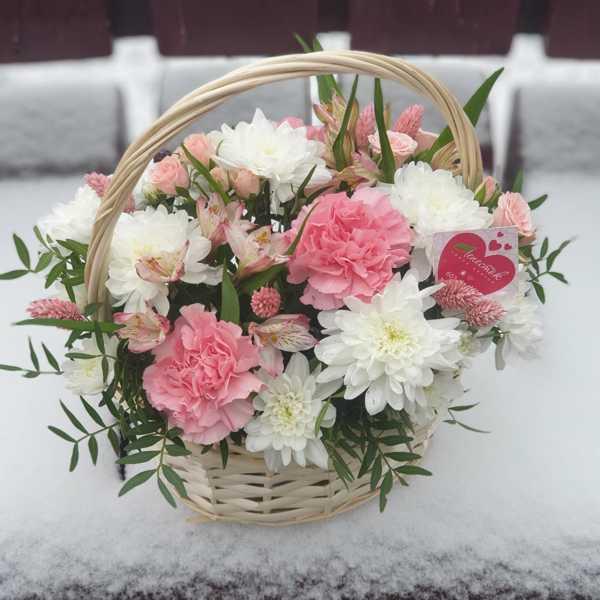Корзинка из хризантем, гвоздик и кустовых роз