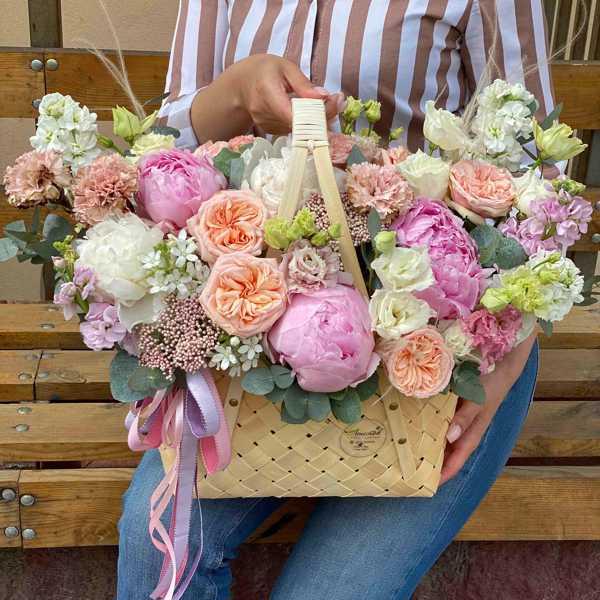 Сумочка из бересты с пионами и пионовидными розами, эустом и маттиол
