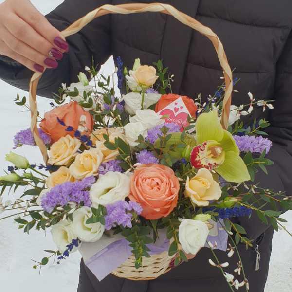 Корзинка из кустовых и одноголовых роз