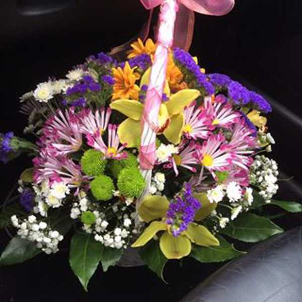 Корзина с цветами из хризантем,орхидей и зелени