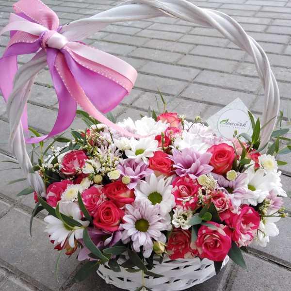 Корзинка из хризантем, кустовой розы и зелени