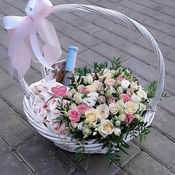 Подарочная корзина из цветов и вкусняшек