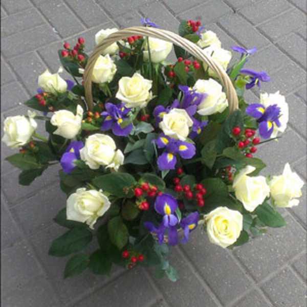 Корзина из роз гиперикума и  других цветов