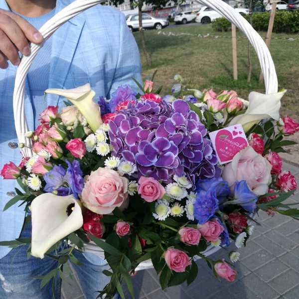 Корзинка из калл, гортензии и кустовой розы