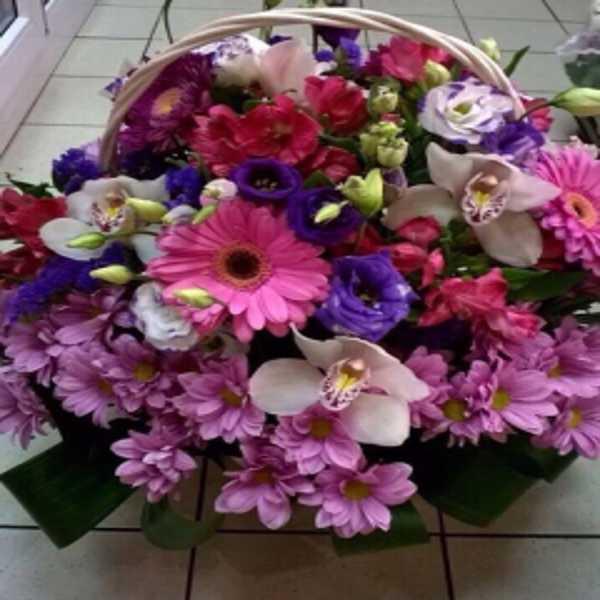 Корзина из орхидей и других цветов