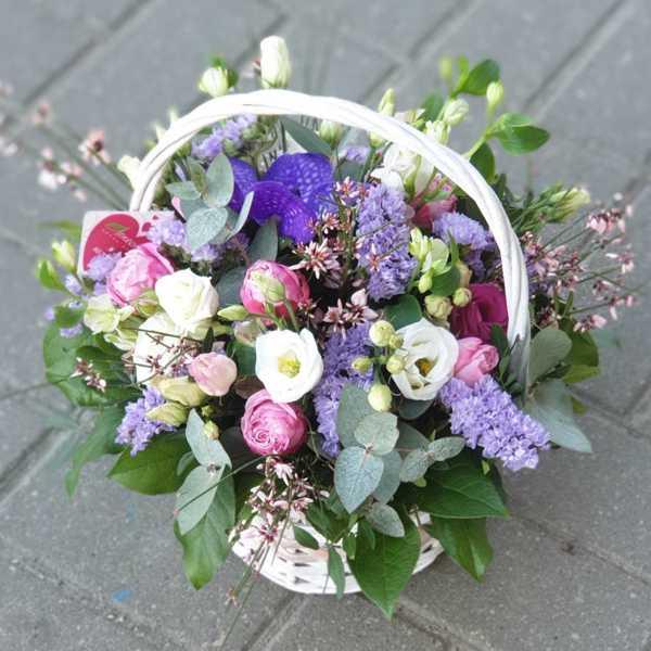 Корзина с цветами из пионовидной розы, эустомы и орхидеи