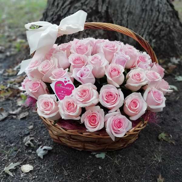 Корзинка из 61 нежно-розовой розы