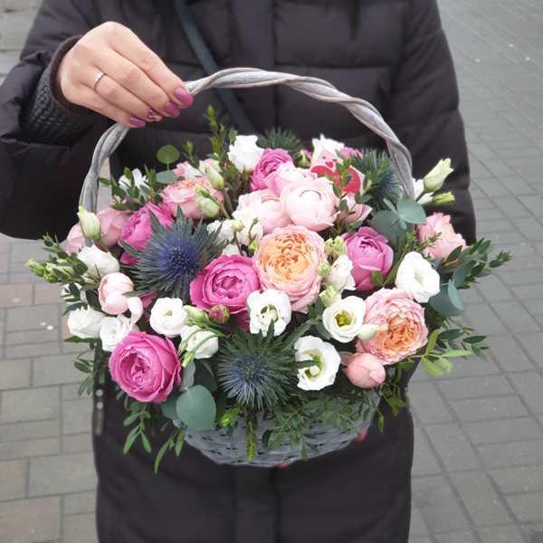 Корзина из эрингиума и пионовидных роз