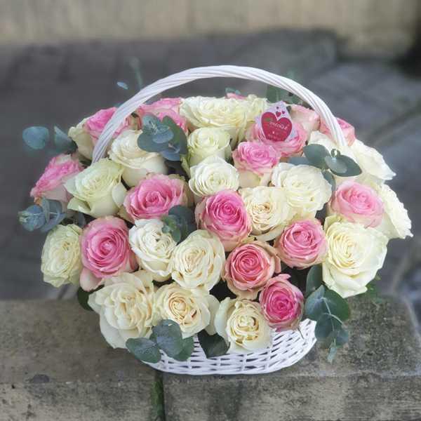 Корзинка из 51 импортной розы на выписку из роддома