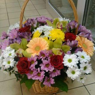 Корзина из орхидей, роз и хризантем