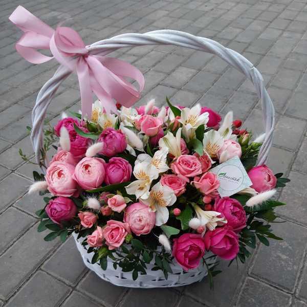 Корзина из кустовых роз и альстромерии