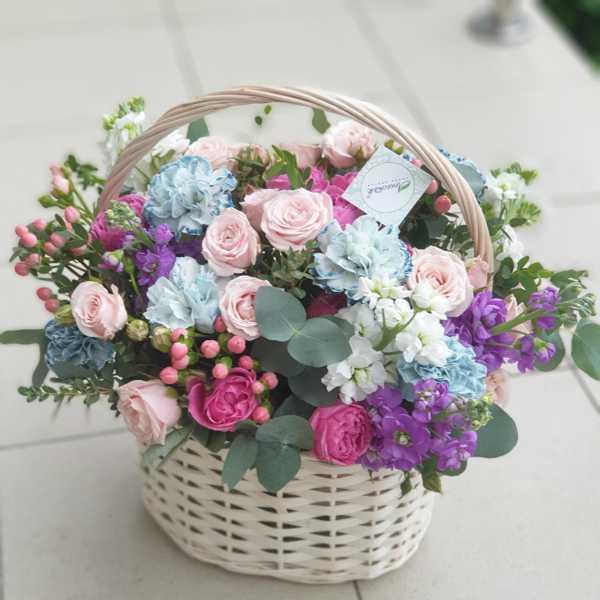 Корзина из маттиол, гвоздик и кустовых роз