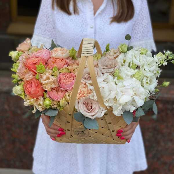 Корзина из гортензии,  пионовидных роз, эустом