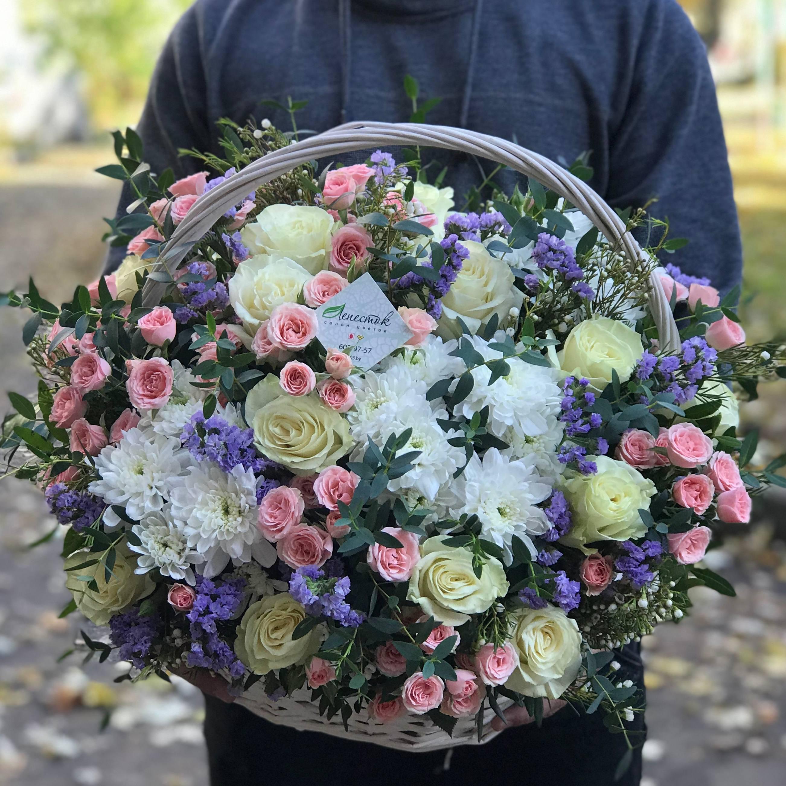 Корзина из кустовых роз Лидия, белых хризантем и роз Мондиаль