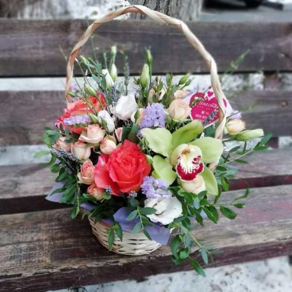 Корзинка из роз, эустомы и орхидеи цимбидиума