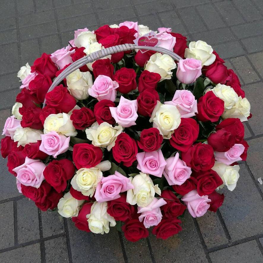101 роза трех цветов в корзине