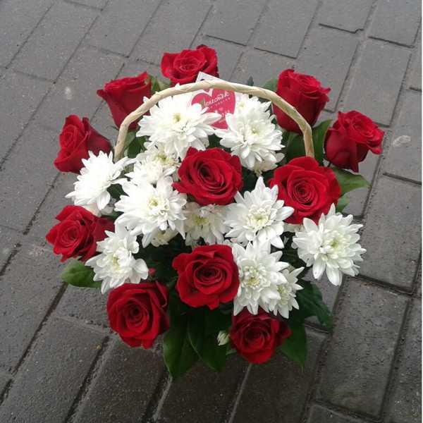 Корзина из розы, хризантем, зелени