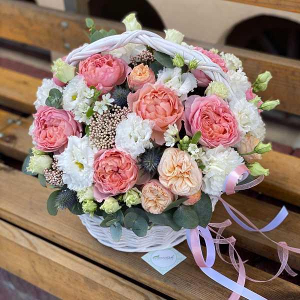 Круглая корзина из пионовидных роз, белых гвоздик и махровых лизиантусов