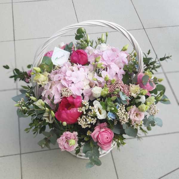 Корзина из гортензии,пионовидных роз и пионов