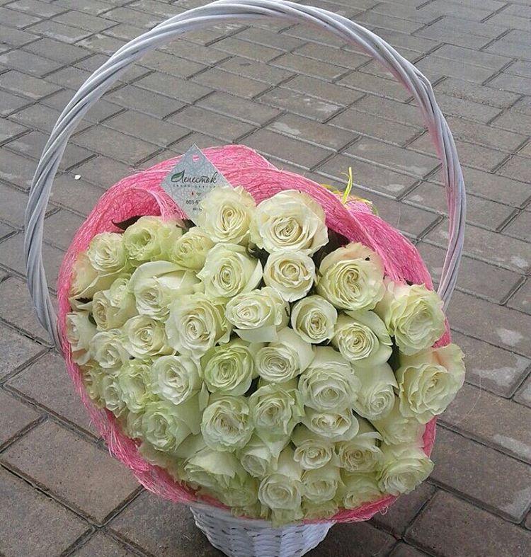 51 белая роза в корзинке