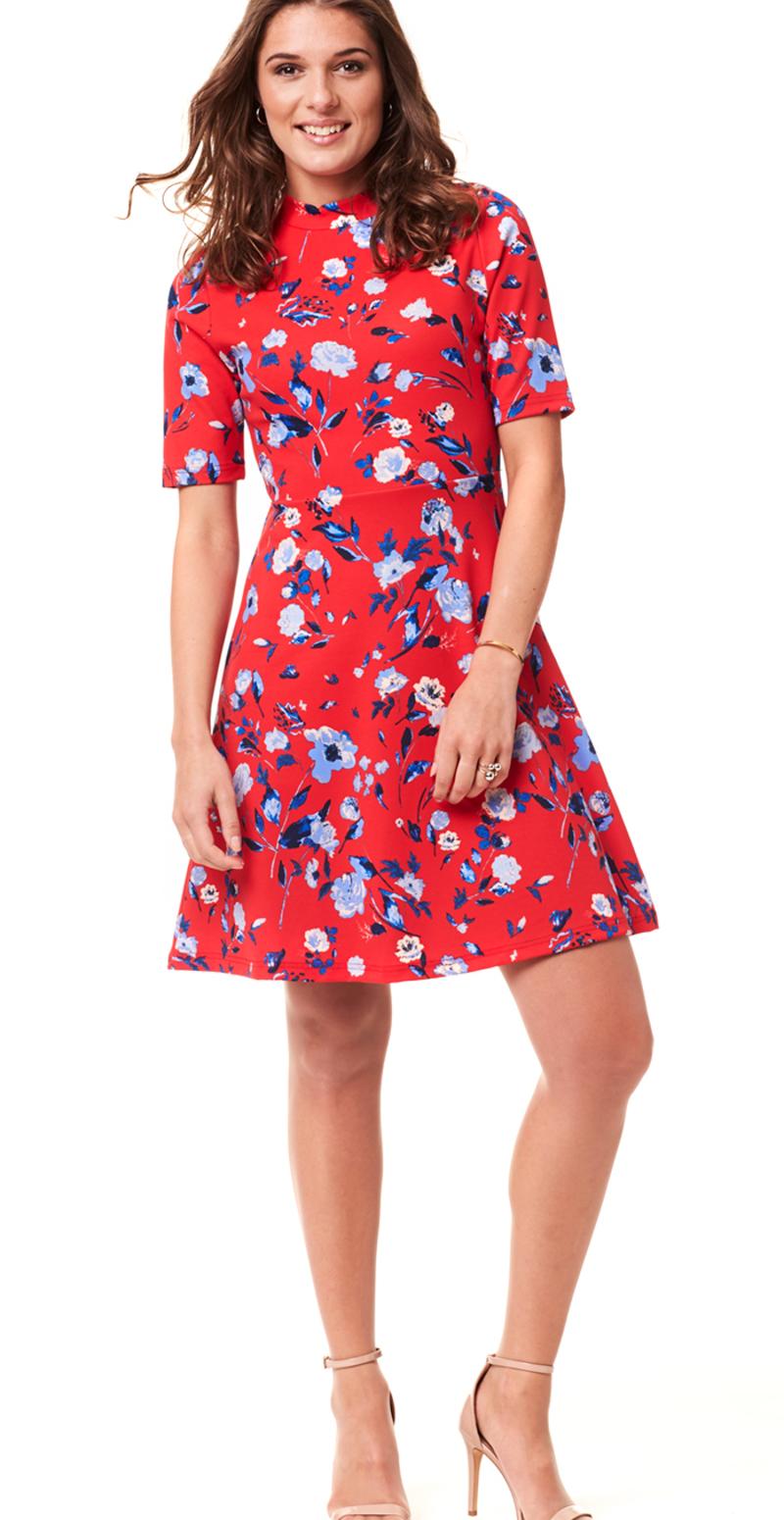 rød kjole med blå blomster