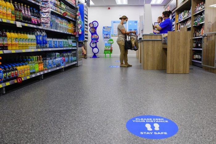 Customers-at-till-5.jpg