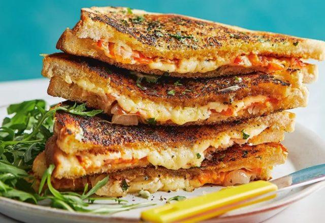 Garlic bread toasties (V)