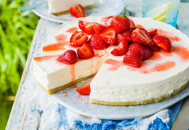 Elderflower and strawberry cheesecake (V)