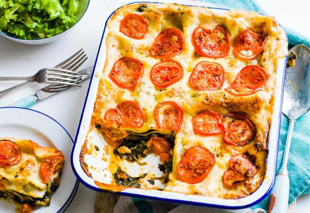 Spinach and tomato lasagne (V)