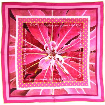 Foulard de créateur carré en soie rose porté Little Woman paris